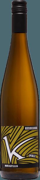 DerGelber Muskateller feinherb von Lukas Kesselring aus dem deutschen Weinanbaugebiet Pfalz ist ein ausbalancierter, rebsortenreiner und verführerischer Weißwein. Im Glas leuchtet dieser Wein in einem strahlenden Goldgelb mit hellgoldenen Glanzlichtern. Das fruchtige Bouquet wird von tropischen Früchten dominiert. Besonders saftige Litschi und sonnengereifte Maracuja treten den Vordergrund und werden von leichten Noten nach Zitrusfrüchten unterlegt. Am Gaumen besitzt dieser deutsche Weißwein ein unvergessliches, perfekt ausbalanciertes Zusammenspiel zwischen der wundervollen Restsüße, der animierende Frische und der filigranen Säure. Auch die fruchtig-frische Aromatik der Nase spiegelt sich wider und verleiht diesem Wein den letzten Schliff. Speiseempfehlung für denKesselring Gelber Muskateller feinherb Dieser halbtrockene Weißwein aus Deutschland darf an gemütlichen Grillabenden mit der Familie und den Freunden nicht fehlen. Aber auch zu knackigen Sommersalaten oder Thunfischtatar ist dieser Wein ein Genuss.