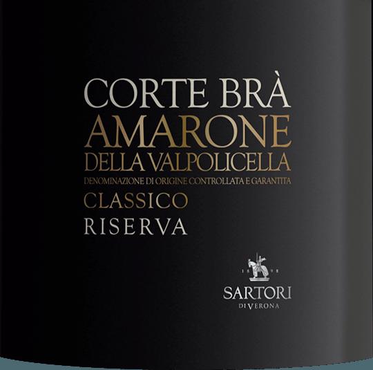 Mit etwas Seitenlage offenbart das Rotweinglas an den Rändern einen charmanten granatroten Ton. Diese italienische Cuvée präsentiert im Glas herrlich komplex Noten von Pflaumen, Schattenmorellen, Schwarzkirschen und Zwetschken. Hinzu gesellen sich Anklänge von Lebkuchen-Gewürz, orientalische Gewürze und Bitterschokolade. Druckvoll und facettenreich präsentiert sich dieser samtige Rotwein am Gaumen. Durch seine präsente Fruchtsäure zeigt sich der Corte Brá Amarone della Valpolicella am Gaumen beeindruckend frisch und lebendig. Im Abgang begeistert dieser Rotwein aus der Weinbauregion Venetien schließlich mit schöner Länge. Es zeigen sich erneut Anklänge an Schwarzkirsche und Schattenmorelle. Im Nachhall gesellen sich noch mineralische Noten der von Ton und Kalkstein dominierten Böden hinzu. Vinifikation des Corte Brá Amarone della Valpolicella von Sartori di Verona Ausgangspunkt für die erstklassige und wunderbar kraftvolle Cuvée Corte Brá Amarone della Valpolicella von Sartori di Verona sind Corvina, Corvinone, Oseleta und Rondinella Trauben. Die Trauben wachsen unter optimalen Bedingungen in Venetien. Die Reben graben hier ihre Wurzeln tief in Böden aus Kalkstein und Ton. Nach der Weinlese gelangen die Weintrauben zügig in die Kellerei. Hier werden Sie selektiert und behutsam aufgebrochen. Es folgt die Gärung im Edelstahltank und großes Holz bei kontrollierten Temperaturen. Der Gärung schließt sich eine Reifung für einige Monate auf der Feinhefe an, bevor der Wein schließlich abgezogen wird. Speiseempfehlung für den Corte Brá Amarone della Valpolicella von Sartori di Verona Genießen Sie diesen Rotwein aus Italien idealerweise temperiert bei 15 - 18°C als Begleiter zu Boeuf Bourguignon, Lammragout mit Kichererbsen und getrockneten Feigen oder Ossobuco. Prämierungen für den Corte Brá Amarone della Valpolicella von Sartori di Verona Dieser Wein aus Amarone della Valpolicella DOCG überzeugt nicht nur uns, nein auch namhafte Weinkritiker verliehen ihm bereits Medaillen.