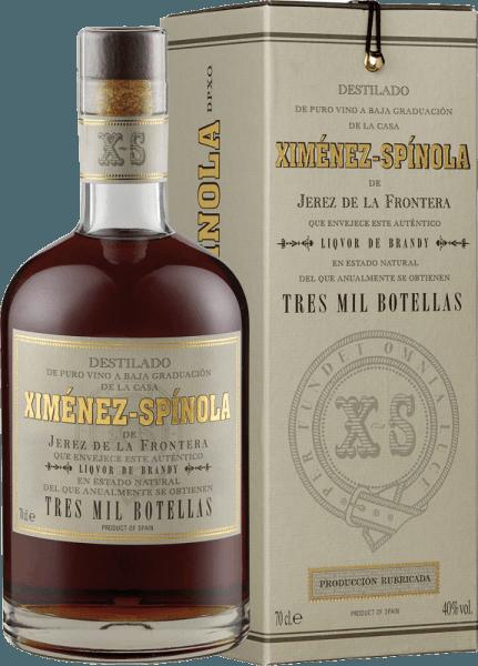 Der Brandy 3.000 botellas D.O. von Ximénez-Spinola zeigt sich im Glas in einem goldenen bis bernsteinfarbenen Ton und verführt mit seinem herrlichen Bouquet von Rosinen und getrockneten Früchten. Abgerundet wird es durch feine Röstaromen von edlem Holz. Dieser Brandy aus der Rebsorte Pedro Ximenez ist außergewöhnlich weich und ausdauernd. Ein seidiger Brandy, der absolut unvergesslich und limitiert ist. Genießen Sie diesen Brandy als Digestif.