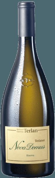 Der Nova Domus Terlaner Riserva Alto Adige DOC von Cantina Terlan ist eine unglaublich ausdrucksstarke Südtiroler Terlaner Weißwein-Cuveé, die sich mit einer enormen Aromenvielfalt präsentiert. Im Glas zeigt sich der Nova Domus in hellem Gelb mit leicht grünlichen Nuancen. An der Nase verströmt er ein äußerst komplexes, facettenreiches Bouquet mit einem Hauch Kräuter- und Gewürznoten, Anis, Salbei und Minze, aber auch aromatische fruchtige Aromen von Aprikosen, Mandarinen, Melonen und Maracuja, ergänzt durch mineralische und salzige Noten.Am Gaumen präsentiert sich diese südtiroler Weißwein-Riserva komplex und gut strukturiert, cremig und weich, in einem interessanten Kontrast zu den aromatischen und mineralischen Noten, eine ansprechende Symbiose, die im Abgang noch lange nachklingt. Vinifikation des Nova Domus Terlaner Riserva Alto Adige DOC von Cantina Terlan Dieser klassische Terlaner ist ein edle Cuvée aus Weißburgunder 60%, Chardonnay 30% und Sauvignon Blanc 10%, mächtig und komplex, kraftvoll, facettenreich mit herrlichen mineralischen Noten. Der Weißburgunder bringt elegante, leicht kräutrige Aromen und feines Säurespiel ein, der Chardonnay reife Früchte und Schmelz, der Sauvignon Blanc exotische Nuancen und Lebendigkeit. Sein gesamtes Potential entfaltet dieser Wein am besten erst erst nach vielen Jahren der Lagerung. Der Name Nova Domus stammt von den Ruinen des alten Kastells Casanova von 1206 hoch über den Toren Terlans. Die Trauben werden handgelesen und selektiert, anschließend im Ganzen sanft gepresst und der Most durch natürliche Dekantation geklärt. Die alkoholische Gärung erfolgt langsam bei kontrollierter Temperatur in großen 30 hl-Eichenholzfässern, die malolaktische Gärung wird nur teilweise vollzogen, nur Weissburgunder und Chardonnay, anschließend werden die Weine 12 Monate zu 50% im Tonneaux und zu 50% im großen Holzfass ausgebaut. Drei Monate vor der Abfüllung in die Flasche wird die Cuvée gebildet. Der Nova Domus Terlaner Riserva hat eine L