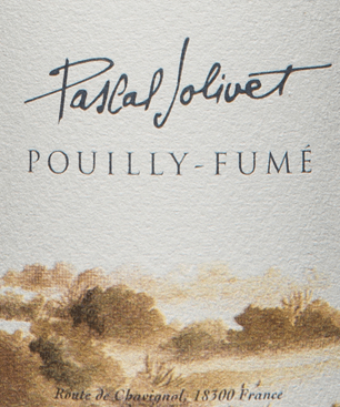 Dieser Sauvignon Blanc Pouilly Fumé aus dem Hause Pascal Jolivet begegnet in einem hell glänzenden Goldgelb. Sein Bukett präsentiert sich charakterstark mit saftigen Früchten und einer spürbaren Mineralität. Konzentriert und kraftvoll wird der Gaumen von fruchtigen und mineralischen Noten des Terroirs umschmeichelt. Vinifikation desPouilly Fumé von der Loire 50 % der Reben für den Sancerre AOC stammen von stark kalkhaltigen Böden in Les Loges. 20 % wachsen auf den ebenfalls kalkhaltigen und sandigen Bödesn Tracys. Daher bekommt der Wein sein Stoffigkeit und gute Konzentration. Der Rest kommt aus St. Andelain, von Kies und Lehmböden. Diese verleihen der Cuvée eine saftige aromatische Frucht. Jede Lage wird separat gelesen und vinifiziert. Spieseempfehlung zum reinsortigen Sauvignon Blanc von Pascal Jolivet Genießen Sie diesen Weißwein zu Krustentieren und Muscheln, gegrilltem Fisch, Hühnchen sowie feinem Ziegenkäse der Loire.