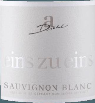 Der Sauvignon Blanc aus der Eins zu Eins von A. Diehl kann als das Exempel für typisch deutschen Sauvignon Blanc angesehen werden. Im Glas erkennt man eine feine, platingoldene Farbe und auch das Bouquet begeistert: frisches Gras und Stachelbeere pur. Dieser Pfälzer Weißwein verwöhnt mit einer bezaubernden Frucht, komponiert aus Zitrusaromen, etwas Bergamotte, reifer Mango und opulenter Melone, ergänzt um etwas schwarze Johannisbeere. Am Gaumen zeigt sich der Eins zu Eins Sauvignon Blanc von A. Dieht traumhaft frisch und enorm ausdrucksstark. Eine hervorragende Mineralität, verbunden mit kompakter Struktur prägen den Abgang. Dieser Weißwein verbindet die kraftvolle Natur gut ausgereifter Weinbeeren mit der grünfruchtigen Frische, die gerade den neuseeländischen Weinen dieser Rebsorte eine enorme Popularität verliehen hat. Vinifikation des Eins zu Eins Sauvignon Blanc von A. Diehl Dieser Sauvignon Blanc wird sortenrein ausgebaut und zur Maximierung der Rebsorten-Stilistik ausschließlich im Edelstahltank vinifiziert. Nach einer kurzen Reife-Phase im Edelstahltank wird der Eins zu Eins Sauvignon Blanc frisch und knackig abgefüllt Speiseempfehlung zum Sauvignon Blanc eins zu eins von A. Diehl Wir empfehlen diesen Weißwein aus der Pfalz zu hellem Fleisch, Rohkost, Spargel mit Vinaigrette und Gemüse-Lasagne. Auszeichnungen für den A. Diehl Eins zu Eins Sauvignon Blanc Mundus Vini: Gold für 2016