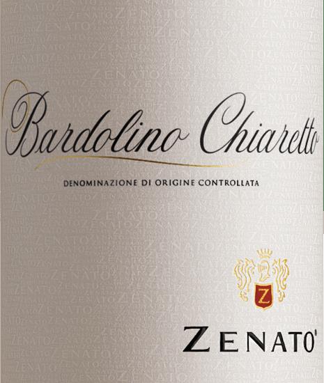 Der Bardolino Chiaretto von Zenato aus dem italienischen Weinanbaugebiet DOC Bardolino in Venetien ist eine wundervolle frische, fruchtige und lebhafte Roséwein-Cuvée aus den Rebsorten Corvina, Rondinella und Molinara. Dieser Weinerscheint in einem intensiven korallrosa mit violettem Glanzim Glas und entfaltet dabei sein herrliches Bouquet, welches von Blüten und sommerlichen roten Früchten, wie Erdbeeren und Kirschen dominiert wird. Am Gaumen ist diese Rosécuvée animierend und harmonisch, mit einer frischen Fruchtigkeit. Vinifikation des Zenato Bardolino Chiaretto Das Lesegut für den Bardolino Chiaretto stammt aus Weinbergen mit trockenen, lehmigen und kalkhaltigen Böden. Das Klima ist mediterran geprägt, mit heißen trockenen Sommern und milden feuchten Wintern. Nach der selektiven Lese werden die Trauben schonend angepresst und der Most nach einer kurzen Maischestandzeit abgezogen und temperaturgesteuert in Edelstahltanks vergoren. Speiseempfehlung zum Bardolino Chiaretto Zenato Genießen Sie diesen trockenen Roséwein aus Norditalien zu Vorspeisen, milden Salaten oder zu leichter Pasta.
