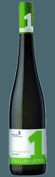 In der Nase verspricht derPhilipp's Eins Sauvignon Blanc von Philipp Kuhn ein klares Bouquet nach exotischen Früchten, wie Kiwi und Maracuja. Der gewonnene Eindruck wird von Aromen nach Stachelbeere, grüner Paprika und Granny-Smith Äpfeln unterlegt. Der Weißwein aus der Pfalz ist am Gaumen wunderbar knackig mit einer lebendigen Säure und zeigt ein wahres Aromenspiel aus gelben sowie grünen Früchten. Im Abgang zeichnen sich reife Aromen von Litschi, Stachelbeere und Melone und runden den Wein unvergesslich ab. Vinifikation/Herstellung Die Trauben für den reinsortigen Weißwein von Philipp Kuhn werden mit der Hand gelesen. Bevor die Trauben mehrwöchig vergärt werden, liegen die Trauben 48 Stunden unter Kühlung auf der Schale. Anschließend liegt der Wein bis kurz vor seiner Abfüllung in die Flasche auf der Hefe. In einem absoluten luftdichten Edelstahltank wird der Weißwein ausgebaut. Serviervorschlag/Foodpairing Ein wahrer Genuss zu kalten Vorspeisen, leichten Fischgerichten und zur asiatischen Küche.