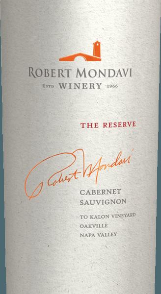 """DerThe Reserve Cabernet Sauvignon von Robert Mondavi ist eine herausragende, ausgezeichnete Rotwein-Cuvée aus den Rebsorten Cabernet Sauvignon (93%), Cabernet Franc (6%) und Petit Verdot (1%). Im Glas erstrahlt dieser Wein in einem tiefen Granatrot mit purpurnen Reflexen und dunkelrotem Kern. In der Nase offenbart sich ein intensives Aromenfeuerwerk: Veilchen und Lavendel verbinden sich mit süß gereiften schwarze Johannisbeeren - untermalt von einem Hauch nach Lorbeerblättern, Grafit und würzige Anklänge nach Eichenholz. Der Geschmack steht dem Bouquet in nichts nach: Den Gaumen erwarten ausdrucksvolle Noten nach saftigen Heidelbeeren, reifen Brombeeren, Cassis und Pflaumen. Dazu gesellen sich noch filigrane Noten nach frischen Kräutern, Lakritz und eine präsente Mineralität. Die beeindruckende Aromenfülle verschmilzt mit dem saftigen, opulenten Körper, der von einer kraftvollen, vielschichtigen Textur ummantelt wird. Die Tannine sind satt und süß gereift und begleiten in das sehr lange, geschmeidige und elegante Finale. Vinifikation des Mondavi Cabernet Reserve Dieser Kultwein wurde aus den Trauben des legendären To Kalon (aus dem Griech. """"das Schöne"""") Weinbergs gewonnen, der als bestes Terroir Nordamerikas für Cabernet Sauvignon gilt. Die Lese im Oktober wird ausschließlich von Hand in kleine Lesekistchen vorgenommen. In dem Weinkeller To Kalon angekommen, wird das Lesegut streng selektiert. Die Beeren werden traditionell in Eichenholzfässern vergoren. Die Maische wird dabei nicht gepumpt, sondern mittels der Schwerkraft transportiert und in klassischen Korbpressen sanft gepresst. Die lange Maischestandzeit von 37 Tagen entzieht den Beerenhäuten das sanfte Tannine, die wundervolle Aromenfülle und die kräftige Farbe. Abschließend reift dieser Wein für insgesamt 18 Monate in Barriques aus französischer Eiche (100% neues Holz). Speiseempfehlung für den Cabernet Sauvignon The Reserve Mondavi Dieser trockene Rotwein aus den USA ist ein hervorragender Speisebegleiter zu"""