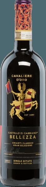 Hinter dem Namen des rebsortenreinen Supertuscan Bellezza Chianti Classico Gran Selezione von Castello di Gabbiano verbirgt sich die Bedeutung Schönheit, die sich auch im Wein widerspiegelt. Mit einem intensiven, dunklen Rubinrot präsentiert sich dieser italienische Wein im Glas. Das ausdrucksvolle Bouquet verwöhnt mit filigranen Aromen nach reifen roten Beeren, Zitrusfrüchten - untermalt von Noten nach Gewürzen und Vanille. Am Gaumen überzeugt dieser Rotwein mit seiner Komplexität und Vielschichtigkeit mit würzige Aromen und einem Hauch von Tabak. Die typisch prägnante Säure des Sangiovese verleiht diesem Wein eine gewisse Frische und harmoniert wundervoll mit den eleganten, seidigen Tanninen. Mit einem lang anhaltenden Nachhall schließt dieser Rotwein ab. Vinifikation desCastello di GabbianoBellezza Chianti Classico Gran Selezione Die Sangiovese-Trauben stammen von 12 Jahre alten Rebstöcken und wachsen in den besten Lagen von Castello di Gabbiano. Die sorgsame Lese und die strenge Selektion im Weinkeller werden ausschließlich von Hand vorgenommen. Nach der Pressung des Leseguts wird die Maische in kleinen Edelstahltanks vergoren. Nach abgeschlossenen Gärprozess lagert dieser Wein für14-16 Monate in kleinen und großen Fässern aus französischer Eiche (80% Zweitbelegung, 20% neu). Speiseempfehlung für denBellezzaCastello di Gabbiano Genießen Sie diesen trockenen Rotwein aus Italien zu Wild, Pasta mit Trüffel, Lamm, reifem Käse und kräftigen Gerichten passt. Aber auch Solo in einem großen Burgunderkelch ist dieser Wein ein wahrer Genuss. Wir empfehlen Ihnen diesen Rotwein zu dekantieren. Auszeichnungen für denChianti Classico Gran Selezione Bellezza Castello di Gabbiano Mundus Vini: Gold für 2013 Michael Godel: 93 Punkte für 2013