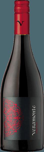 Valle de Casablanca ist die Heimat des wundervollen, rebsortenreinen Pinot Noir von Veramonte. Ein strahlendes Rubinrot mit glänzend kirschroten Highlights präsentiert sich bei diesem Wein im Glas. Die Nase erfreut sich an einer üppigen Aromatik nach frischen Himbeeren, saftigen Kirschen und getrockneten Cranberries. Vielschichtig mit einer ausdrucksstarken Fruchtfülle zeigt sich dieser chilenische Rotwein am Gaumen. Die feine Frische bietet ein wunderbares Zusammenspiel mit der sehr guten Säure und den elegant eingebundenen Tannine, welche die seidige Textur unterstützen. Der lange Nachhall wird von feinen Beerennuancen getragen. Vinifikation des Pinot Noir Veramonte In den Nachtstunden werden die Pinot Noir Trauben im Casablanca Valley gelesen und sofort in den Weinkeller von Veramonte gebracht. Dort werden die Beeren sorgsam entrappt und im Ganzen kalt eingemaischt. Danach beginnt die Gärung in offenen Fermentern. Nach abgeschlossenem Gärprozess reift dieser Rotwein für 12 Monate in Fässern aus französischer Eiche. Speiseempfehlung für den Veramonte Pinot Noir Reichen Sie diesen trockenen Rotwein aus Chile zu pikanten Eintöpfen, allerlei Ragout-Variationen, herzhaften Aufläufen oder auch zu mild-würzigen Käsesorten.
