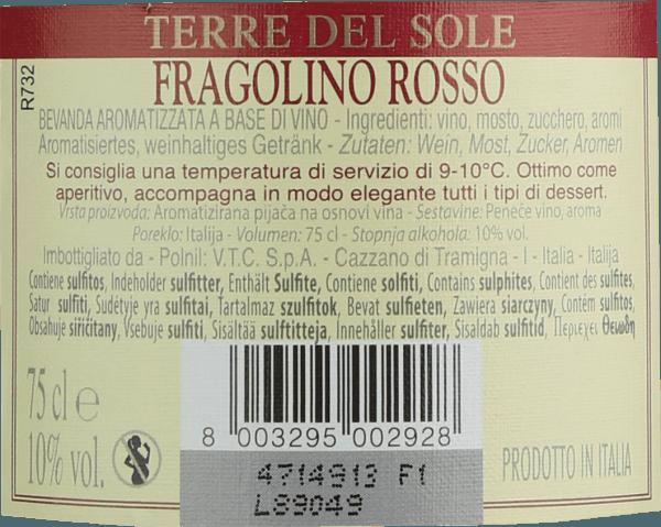 Der Fragolino Rosso von Terre del Sole ist der kultige Perlwein aus dem italienischen Weinanbaugebiet Venetien, der mit seiner frischen, unkomplizierten und herrlich fruchtigen Persönlichkeit überzeugt. Im Glas präsentiert sich dieser Fragolino in einem strahlenden Violettrot. Die Nase erfreut sich an frischen Fruchtnoten. Es offenbaren sich intensive Aromen nach frisch gepflückten Erdbeeren - fein unterlegt von Anklängen nach Stachelbeere. Am Gaumen besitzt dieser Fragolino eine angenehme Süße, die durch die feinen, perlenden Kohlesäurebläschen perfekt unterstrichen wird. Die Säure harmoniert wundervoll mit der Aromatik nach Walderdbeeren und verleiht dem Terre del Sole Fragolino seine herrliche Frische. Serviervorschlag für den Fragolino Rosso Genießen Sie diesen wundervollen Fragolino gut gekühlt bei 5 bis 6 Grad Celsius gerne als Aperitif oder zu fruchtigen Dessert-Variationen. Aber auch an schönen Sommertagen darf ein Gläschen Fragolino nicht fehlen.