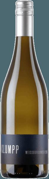 Der Weißburgunder von Weingut Klumpp präsentiert sich mit einem herrlichen Bouquet im Glas, welches von knackigen Äpfeln und mineralischen Anklängen dominiert wird. Der feste Körper verleiht diesem Weißwein seine Kraft. Feinsaftig und mit salziger Mineralität umspielt dieser Burgunder den Gaumen. Ein Hauch Extraktsüße führt in ein langes mineralisches Finale mit Apfelfrucht. Vinifikation des Klumpp Weißburgunder Die Trauben für diesen reinsortigen Weißwein wurzeln auf sandigen Lössböden in Hanglage. Somit bekommen die Rebstöcke eine sehr gute Sonneneinstrahlung und eine optimale Reife. Das Weingut Klumpp setzt bei der Bewirtschaftung seiner Weinberge auf einen biologisch-dynamischen Anbau. Dies bedeutet, dass die Energie des Bodens im Mittelpunkt steht. Alle Arbeiten im Weinberg werden von einem Kalender gesteuert, der nur auf Mond und Sonne basiert. Speiseempfehlung für den Klumpp Weißburgunder Genießen Sie diesen trockenen Weißwein zu gegrilltem Fleisch und Gemüse oder zu Gerichten mit Spargel.