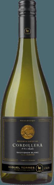 Die Trauben für denCordillera Sauvignon Blanc von Miguel Torres Chile wachsen im Valle de Elqui im schönen chilenischen WeinanbaugebietCoquimbo. Dieser reinsortige Wein schimmert im Glas in einem zarten Strohgelb mit grünlichen Glanzlichtern. Das Bouquet offenbart intensive Aromen nach saftig-frischen Zitrusfrüchten mit den sortentypischen, pikanten Noten nach gelber Paprika und feinen Anklängen nach Chili. Dieser chilenische Weißwein überzeugt den Gaumen mit einer frischen, vielschichtigen Textur, welche herrlich mit der rassigen Säure und der klaren Mineralität harmoniert. Das Finale wartet mit schöner Länge und fruchtiger Aromatik auf. Vinifikation des Torres Cordillera Sauvignon Blanc Die Lese der Trauben findet bei diesem chilenischen Weißwein im März statt. Das Lesegut wird umgehend in die Kellerei gebracht und dort zuerst 3 Stunden kalt eingemaischt und anschließend langsam und bei kontrollierter, kühler Temperatur (15 bis 16 Gad Celsius) im Edelstahltank vergoren. Damit der Charakter der Sauvignon Blanc Traube und die wunderbare Frische bewahrt bleibt, wird dieser Weißwein ausschließlich im Edelstahltank ausgebaut. Speiseempfehlung für den Sauvignon Blanc Torres Cordillera Dieser trockene Weißwein aus Chile ist ein wundervoller Aperitif oder eignet sich als Begleiter zu gegrillten Meeresfrüchten, Fisch in Zitronensauce oder auch zu Ziegenkäse.