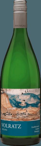 Der Volratz 1573 Riesling trocken von Schloss Vollrads aus dem deutschen Weinanbaugebiet ist ein rebsortenreiner, fruchtig-frischer und unkomplizierter Weißwein. Im Glas leuchtet dieser Wein in einem zartgoldenen Glanz mit platingoldenen Highlights. Die Nase wird von einem rebsortentypischen Bouquet verzaubert. Es entfaltet sich eine fruchtige Aromatik nach knackigen Äpfeln, saftigen Pfirsichen und sonnengereiften Zitrusfrüchten, die von mineralischen Nuancen perfekt ergänzt werden. Am Gaumen besitzt dieser deutsche Weißwein eine knackige Textur, die wundervoll mit den Aromen der Nase harmoniert. Die Säure ist sehr gut eingebunden, dabei kommt die charakteristische Mineralität der Quarzit- und Lössböden seiner Region angenehm zur Geltung. Vinifikation des Schloss Vollrads Riesling Volratz 1573 Sobald das Lesegut im Weinkeller von Schloss Vollrads angekommen ist, werden die Trauben schonend gepresst und bei kontrollierter Temperatur in Edelstahltanks vergoren. Danach wird dieser Wein auf dem Feinhefelager ausgebaut, bevor der Volratz 1573 Riesling auf die Flasche gefüllt wird. Speiseempfehlung für den Volratz 1573 Riesling Schloss Vollrads Dieser trockene Weißwein aus Deutschland passt hervorragend zu gegrilltem Fleisch und Geflügel oder zu Salatvariationen.