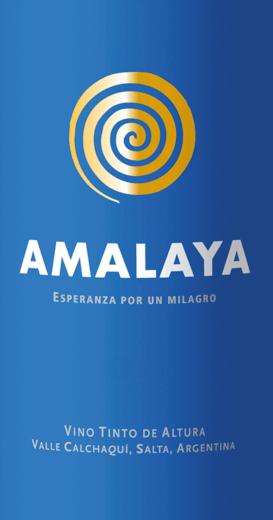 """Der Amalaya Malbec Tintovon Bodega Colomépräsentiert sich dunkelrot und mit purpurnen Reflexen im Glas. Die Nase besticht mit großer fruchtiger Eleganz. Noten von schwarzen Johannisbeeren, Pflaumen, etwas Brombeere und weitere dunkle Beeren (Holunder kommt uns in den Sinn) bestimmen den ersten Eindruck. Am Gaumen überzeugt der Amalaya Tinto von Colomé nicht minder. Es zeigt sich fruchtig-würzig, mit guter Struktur, Saft und runden, reifen Tanninen. Im Abgang viel Frucht, eine vitale, gut eingebundene Fruchtsäure und erneut eine spannende Würze. Amalaya - das bedeutet """"Warten auf ein Wunder"""" in der Sprache der Ureinwohner des Cafayate Valley - und genau darauf hoffte Donald Hess, als er in dieser sehr hohen, kargen und unwirtlichen Region sein Weingut gründete. Das Wunder haben Sie im Glas! Vinifikation für den Amalaya Tinto Malbec von Colomé Das Cafayate liegt im Herzen der Calchaquíes Täler, im Nordwesten Argentiniens, am Fuße der Anden. Die Reben wachsen auf einer Höhe von 1.700 bis 3.300 Metern auf Pediment und Schwemm-, Sand- und Lehmböden. Das Klima ist trocken mit jährlichen Niederschlägen unter 150 mm und Temperaturen bis maximal 35°C. Die Lese der Trauben für den Amalaya Tinto erfolgt von Hand. Im Weingut werden schließlich die Trauben nochmals von Hand aussortiert. Nach einer viertägigen Kaltmazeration erfolgen die Maischegärung. Es schließt sich die biologische Säureumwandlung in Edelstahltanks an. Der Amalaya Wein reift anschließend für 10 Monate in französischen Barriquefässern, von denen 40% zum zweiten Mal verwendet werden. So bekommt der Amalaya viel Würze, ohne zu sehr die Aromatik der Fässer anzunehmen. Foodpairing zum Rotwein Amalaya Malbec von Colomé Genießen Sie diesen herrlichen Rotwein aus Argentinien zu Wild, Schmorbraten oder gegrilltem Steak. Prämierungen für den Amalaya Malbec Wein von Colomé Falstaff: 90 Punkte & Best Buy für 2017 Tim Atkin: 91 Punkte für 2015 Wine Spectator: 90 Punkte für 2015 Decanter Wine Awards: Silber für 2015 Decante"""