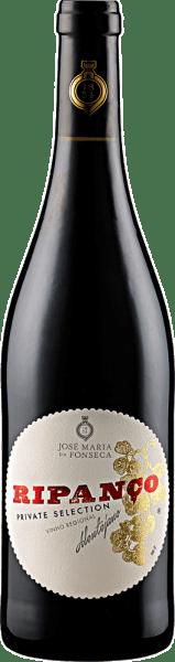 Der Ripanço VR von José Maria da Fonseca funkelt im Glas in einem leuchtenden Rubinrot mit violetten Reflexen. Dabei offenbart er sein ausladendes Bouquet mit den Aromen von Schwarzkirschen, Cassis und Himbeeren. Abgerundet wird das Bouquet durch die Aromen von Schokolade, Buttertoast und Veilchen, welche diese Cuvée der Holzreife verdankt. Dieser Rotwein aus Portugal ist am Gaumen fruchtig und gut strukturiert mit einer animierenden Säure und geschliffenen Tanninen. Vinifikation für den Ripanço VR von José Maria da Fonseca Diese Cuvée setzt sich aus den Rebsorten Syrah, Alicante Bouschet und Argonez zusammen, deren Rebstöcke auf Böden aus Sand, Ton und Lehm wurzeln. Nach der schonenden Lese werden die Trauben komplett abgepresst und für vier Tage bei 28°Celsius mit vollem Beerenhautkontakt vergoren. Damit wird ein Maximum an Farbe und Aroma extrahiert. Anschließend reift der Wein für mindestens sechs Monate in neuen und gebrauchten Barriquefässern aus Frankreich und den USA. Speiseempfehlung für den Ripanço VR von José Maria da Fonseca Genießen Sie diesen trockenen Rotwein zu rotem Fleisch, gegrilltem Käse, fettem Fisch oder würzigem Hartkäse. Auszeichnungen für den Ripanço VR von José Maria da Fonseca Decanter: 93 Punkte (Jahrgang 2014) Falstaff Deutschland: 90 Punkte (Jahrgang 2013) Mundus Vini: Silber (Jahrgang 2013)