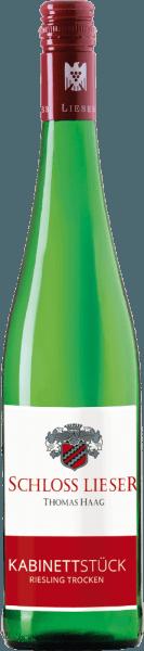 Der Kabinettstück Riesling trocken von Schloss Lieser ist ein feinsaftiger, extraktsüßer und rebsortenreiner Weißwein aus dem deutschen Weinanbaugebiet Mosel. Dieser Wein erstrahlt in einer hellen strohgelben Farbe mit hellgoldenen Glanzlichtern im Glas. Die Nase wird von einem fruchtigen Bouquet verzaubert. Es entfaltet sich eine fruchtige Aromatik nach grünen Birnen und reifen Quitten - begleitet von mineralischen Anklängen. Am Gaumen präsentiert sich dieser deutsche Weißwein mit feinsaftiger Textur und schlankem, feingliedrigen Körper. Die Mineralität ist auch präsent - stellt sich jedoch nicht in den Vordergrund. Die feine Fruchtfülle und die dezente Extraktsüße sind sehr gut eingebunden und begleiten in das lange, komplexe Finale. Speiseempfehlung für den Schloss Lieser Kabinettstück Riesling trocken Dieser trockene Weißwein aus Deutschland ist passt hervorragend zu mediterranen Knoblauchgarnelen, Scholle Finkenwerder Art mit Kartoffel-Gurken-Salat oder auch zu gefüllten Putenröllchen mit Parmaschinken.