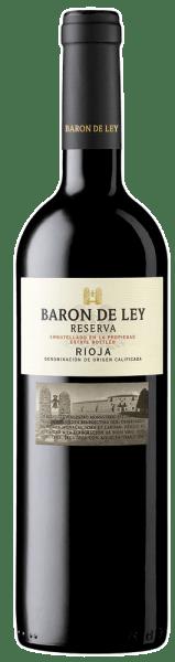 Die Baron de Ley Rioja Reserva kommt mit dichter rubinroter Farbe und nahezu opakem Kern ins Glas. Dieser sortenreine Tempranillo mit 20 Monaten Barrique-Reife beeindruckt durch eine kräftige Frucht, allen voran Kirschen, Brombeeren, Maulbeere und auch vollreifer Holunder. Die Fassreifung ergänzt würzige, mediterrane Nuancen wie Thymian, Rosmarin, Myrthe und mineralisch-erdige Anklänge. Am Gaumen ist die Baron de Ley Rioja Reserva erst einmal ungemein saftig, vollmundig und exzellent strukturiert. Die Tannine sind traumhaft stimmig, die Fruchtsäure gibt Frische und Vitalität. Ein erstklassiger spanischer Rotwein der zeigt, dass ein großartiger Rioja-Wein kein Vermögen kosten muss. Vinifikation der Baron de Ley Reserva Nach 20 Monaten Reifung in neuen Barriques aus amerikanischer Eiche kommt die Baron de Ley Reserva noch für mindestens weitere 24 Monate in die Flasche (und in den perfekt temperierten Keller), bevor sie schließlich in den Handel gelangt. Speiseempfehlung zur Reserva von Baron de Ley Servieren Sie diesen erstklassigen Tempranillo-Rotwein zu Wild, Rinderbraten und mediterranen Nudelgerichten. Prämierungen für die Baron de Ley Reserva James Suckling: 91 Punkte für 2014 Mundus Vini: Silber für 2015