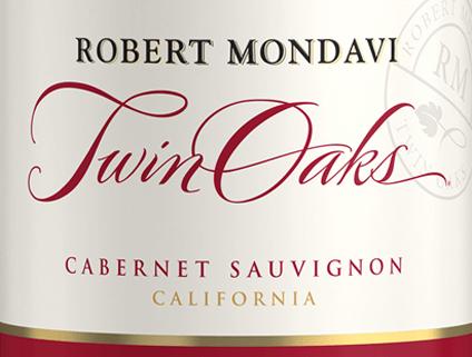 DerTwin Oaks Cabernet Sauvignon von Robert Mondavi aus dem sonnigen Weinanbaugebiet Kalifornien ist eine wundervolle Rotwein-Cuvée aus den Rebsorten Cabernet Sauvignon (77%), Petite Sirah (7%), Syrah (6%) und weitere rote, ergänzende Rebsorten (10%). Ein warmes Kirschrot mit purpurnen Reflexen leuchtet bei diesem Wein im Glas. Das ausgewogene Bouquet verführt die Nase mit Aromen nach schwarzen Johannisbeeren, süß gereiften Kirschen und würzigen Nuancen nach Eichenholz, frisch gemahlener Kaffee und Toast. Der Gaumen erfreut sich bei diesem amerikanischen Rotwein an einem harmonisch runden, ausgewogenen Körper mit warmwürziger Fruchtfülle. Die Tannine sind samtweich gereift und harmonieren wundervoll mit der fruchtigen Süße und der vitalen Säure. Das lange Finale ist herrlich aromatisch. Vinifikation des Robert Mondavi Twin Oaks Cabernet Sauvignon In den Weinbergen von Kalifornien (vorwiegend Lodi und Sierra Foothills) werden die Trauben bei optimaler Reife gelesen. Ist das Lesegut im Weinkeller angekommen, werden die Beeren sanft gemahlen. Die Maische wird anschließend bei kontrollierter Temperatur in Edelstahltanks vergoren. Dieser Rotwein wird sowohl in Edelstahltanks als auch in Fässern aus amerikanischer und französischer Eiche ausgebaut. Speiseempfehlung für den Cabernet Twin Oaks Mondavi Dieser trockene Rotwein aus den USA ist ein hervorragender Begleiter zu gemütlichen Grillabenden mit der Familie und den Freunden. Oder reichen Sie diesen Wein zu frischen Pasta-Gerichten mit würzig-pikanten Saucen.