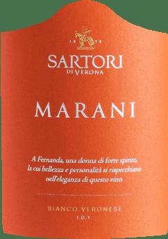 Der Marani Bianco Veronese von Sartori di Verona aus Venetien offenbart im Glas eine leuchtende, platingelbe Farbe. Der Nase offenbart dieser Sartori di Verona Weißwein allerlei schwarze Johannisbeeren, Heidelbeeren, Brombeeren und Maulbeeren. Der Sartori di Verona Marani Bianco Veronese begeistert durch sein elegant trockenes Geschmacksbild. Er wurde mit lediglich 6,8 Gramm Restzucker auf die Flasche gebracht. Hier handelt es sich um einen echten Qualitätswein, der sich klar von einfacheren Qualitäten abhebt und so verzückt dieser Italiener natürlich bei aller Trockenheit mit feinster Balance. Geschmack benötigt nicht unbedingt viel Restzucker. Ausgeglichenen und komplex präsentiert sich dieser cremige Weißwein am Gaumen. Durch seine prägnante Fruchtsäure zeigt sich der Marani Bianco Veronese am Gaumen außergewöhnlich frisch und lebendig. Das Finale dieses Weißweins aus der Weinbauregion Venetien besticht schließlich mit beachtlichem Nachhall. Der Abgang wird zudem von mineralischen Facetten der von Kalkstein dominierten Böden begleitet. Vinifikation des Sartori di Verona Marani Bianco Veronese Dieser balancierte Weißwein aus Italien wird aus der Rebsorte Garganega gekeltert. In Venetien wachsen die Reben, die die Trauben für diesen Wein hervorbringen auf Böden aus Kalkstein. Nach der Lese gelangen die Weintrauben auf schnellstem Wege ins Presshaus. Hier werden Sie sortiert und behutsam aufgebrochen. Es folgt die Gärung im Edelstahltank und großes Holz bei kontrollierten Temperaturen. Nach dem Abschluss der Gärung wird der Marani Bianco Veronese noch für 3 Monate in Fässern aus Eichenholz ausgebaut. Speiseempfehlung für den Marani Bianco Veronese von Sartori di Verona Genießen Sie diesen Weißwein aus Italien am besten moderat gekühlt bei 11 - 13°C als Begleiter zu Kichererbsen-Curry, Kohl-Rouladen oder Kartoffel-Pfanne mit Lachs.