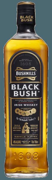 """Der Bushmills Black Bush von Old Bushmills Distillery bietet reiche und fruchtige Noten, mit Anklängen von Trockenfrüchten, Rosinen bis hin zu Weihanchtsgebäck, sowie würzigen Aromen, die sich mit den süßen Sherrynoten zu einem raffinierten Bukett verbinden. Am Gaumen zeigt sich dieser Irish Whiskey von weicher und seidiger Textur, nussige Geschmacksnoten ergänzen das feine Zusammenspiel zwischen Süße und Alkohol. Herstellung und Reifung des Bushmills Black Bush von Old Bushmills Distillery Der Bushmills Black Bush Irish Whiskey ist in Irland einer der beliebtesten Whiskeys. Er wird aus einem Blend von 80% Maltwhiskeys und 20% Grain Whiskeys hergestellt, die bis zu 8 Jahren in ehemaligen Oloroso-Sherry-Fässern reifen. Der Anteil an Maltwhiskey ist außergewöhnlich hoch. Alle Malts von Bushmills werden drei Mal destilliert. Die Maische enthält, gemäß der Jahrhunderte alten Tradition, ungemalzte Gerste, es wird komplett auf die Trocknung über Torfrauch verzichtet. Dadurch erhalten diese irischen Whiskeys aus der Traditionesbrennerei Old Bushmills ihren typischen fruchtigen, weichen Charakter, ohne rauchige Noten im Duft und Geschmack. Servierempfehlung für den Bushmills Black Bush von Old Bushmills Distillery Kenner empfehlen, den Bushmills Black Bush Irish Wishkeybei Zimmertemperatur zu geniessen, weil er dann seine komplexen würzigen Duft- und Geschmacksnoten am besten entfaltet. Natürlich kann er pur oder auch on-the-rocks auf Eis serviert werden. Prämierungen San Francisco World Spirits Competition 2015 und 2014 Gold; International Wine & Spirit Competition 2013 """"Outstanding"""" Gold; San Francisco World Spirits Competition 2010 Doppel-Gold"""