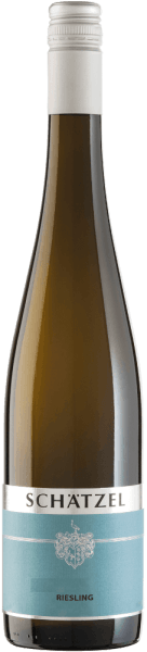 Der leichtfüßige Riesling von Weingut Schätzel kommt mit brillantem Hellgelb ins Glas. In ein Weissweinglas eingegossen, präsentiert dieser Weißwein aus der Alten Welt herrlich ausdrucksstarke Aromen nach Maulbeere, Brombeere, Heidelbeere und Apfel, abgerundet von Bitterschokolade, Lebkuchen-Gewürz und grüne Paprika Dieser Wein begeistert durch sein elegant trockenes Geschmacksbild. Er wurde mit lediglich 6 Gramm Restzucker auf die Flasche gebracht. Wie man es natürlich bei einem Wein erwarten kann, so verzückt dieser Deutsche Wein natürlich bei aller Trockenheit mit feinster Balance. Aroma benötigt nicht zwingend viel Restzucker. Leichtfüßig und facettenreich präsentiert sich dieser leichte Weißwein am Gaumen. Durch seine prägnante Fruchtsäure präsentiert sich der Riesling am Gaumen außergewöhnlich frisch und lebendig. Das Finale dieses Weißweins aus der Weinbauregion Rheinhessen, genauer gesagt aus Nierstein, überzeugt schließlich mit beachtlichem Nachhall. Vinifikation des Riesling von Weingut Schätzel Grundlage für den eleganten Riesling aus Rheinhessen sind Trauben aus der Rebsorte Riesling. Die Trauben für diesen Weißwein aus Deutschland werden, nachdem die optimale Reife sichergestellt wurde, ausschließlich von Hand gelesen. Nach der Lese gelangen die Trauben umgehend ins Presshaus. Hier werden sie sortiert und behutsam gemahlen. Anschließend erfolgt die Gärung im bei kontrollierten Temperaturen. Nach dem Ende der Gärung . Speiseempfehlung für den Riesling von Weingut Schätzel Dieser deutsche Weißwein sollte am besten gut gekühlt bei 8 - 10°C genossen werden. Er passt perfekt