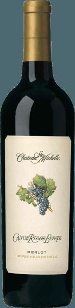 DerCanoe Ridge Merlot von Chateau Ste. Michelle ist eine raffinierte, amerikanische Rotwein-Cuvée aus Merlot (98%) mit einem sehr kleinen Anteil Syrah (2%). Alle Trauben wachsen in der Lage Canoe Ridge in den Horse Heaven Hills. Mit einem glänzenden Rubinrot und granatroten Glanzlichtern erfreut dieser Wein im Glas. Das facettenreiche Bouquet überzeugt mit ausdrucksstarken Kirscharomen, die zusammen mit saftigen Pflaumen, Beeren und feinen Gewürznoten nach Nelke ein rundes Gesamtbild ergeben. Am Gaumen ist dieser amerikanische Rotwein rund und vollmundig mit einer seidigen Textur. Der mittlere Körper wird von sanften Tanninen umschlossen, die bis in das aromatische und lang anhaltende Finale begleiten. Ein sehr eleganter, vielfältiger und höchst delikater Rotwein aus dem Hause Chateau Ste. Michelle Vinifikation des Ste. Michelle Merlot Canoe Ridge Die Trauben werden in der Canoe Ridge Lage sorgsam von Hand gelesen und umgehend in den Weinkeller gebracht. Dort wird das Lesegut entrappt und sanft gequetscht. Anschließend wird die Maische im Edelstahltank vergoren. Dabei findet eine regelmäßige Überflutung des Tresterkuchens statt. Nach abgeschlossenem Gärprozess reift dieser Wein für insgesamt 18 Monate in Fässern aus amerikanischer und französischer Eiche. Speiseempfehlung für den Canoe Ridge Merlot Ste Michelle Dieser trockene Rotwein aus den USA ist ein hervorragender Begleiter zur italienischen Küche - angefangen von Antipasti über frische Pasta und Pizza. Aber auch zu Lammbraten mit Rosmarin und Oregano ist dieser Wein ein Genuss. Auszeichnungen für den Canoe Ridge Ste. Michelle Merlot Wine Spectator: 92 Punkte für 2013