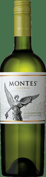 DieSauvignon Blanc Reserva von Montes erfreut das Auge mit einem hellen Gelb und grünlichen Glanzlichtern.Ein äußerst intensives und frisches Bouquet nach saftigen Stachelbeeren, Mirabellen und Zitrusfrüchten - wie Limette und Grapefruit - erfreut die Nase. Noten von frischen Kräutern, Gras und weißen Sommerblüten komplettieren die Aromen der Nase. Auch am Gaumen zeigt sich dieser chilenische Weißwein voller saftiger Aromen nach Stachelbeeren mit herb-frischen Zitrusnuancen. Dazu gesellen sich leicht tropische Anklänge von Pfirsich und Maracuja. Dieser Weißwein besitzt einen saftigen, fruchtigen, aromatischen Charakter der perfekt von der lebendigen Säure abgerundet wird. Vinifikation des Montes Reserva Sauvignon Blanc In den frühen kühlen Morgenstunden werden die Sauvignon Blanc Trauben gelesen. Das Lesegut wird umgehend in den Weinkeller gebracht. Die Trauben werden sanft gepresst und bei niedrigen Temperaturen im Edelstahltank vergoren. Dieser chilenische Weißwein wird ausschließlich im Edelstahltank ausgebaut. Dadurch behält dieser Wein seine herrliche Frucht, lebendige Säure und Aromatik bei. Speiseempfehlung für den Montes Sauvignon Blanc Reserva Servieren Sie diesen trockenen Weißwein aus dem Valle de Aconcagua als erfrischenden Aperitif oder Begleiter vongrünen Salaten und Cesar Salad,Sushi,Ceviche, gegrillten Krabben mit Knoblauch, Hühnchen mit Limetten und frischer Pasta mit Frühlingsgemüse.