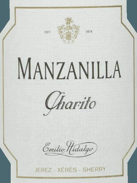 Der Charito Manzanilla vonEmilio Hidalgo ist ein erfrischender, trockener Sherry aus der Rebsorte Polomino Fino (100%) Im Glas leuchtet dieser Wein in einem strahlenden Strohgelb mit glitzernden Reflexen. Die Nase erfreut sich an duftigen Noten nach gelben Steinobst und Nüssen. Am Gaumen ist dieser Sherry leicht und elegant mit einem langen Nachhall. Vinifikation desEmilio HidalgoCharito Manzanilla Die von Hand gelesenen Trauben werden entrappt, sanft gepresst und der daraus entstandene Most temperaturkontrolliert im Edelstahltank vergoren. Im Anschluss wird dieser junge Wein abgezogen, aufgespritet und zur ersten Reife in Fässer aus amerikanischer Eiche gelegt. Dabei werden die Fässer nur zu einem gewissen Teil (maximal 85%) gefüllt, sodass sich die charakteristische Flor (eine Hefeschicht) entwickeln kann, die den Wein luftdicht abschließt und ihm das sherry-spezifische Aroma verleiht. Nach erfolgter Reife wird dieser Wein ins traditionelle Solera-System geleitet, in welchen typgleiche Sherrys in übereinander gereihten Fässern für drei bis zehn Jahre ausgebaut werden. In den unteren Fässern (Solera) lagern hierbei die ältesten Weine, während in den oberen Reihen (Criaderas) die jüngsten Weine aufliegen. Der für den Verkauf bestimmte Sherry wird immer den unteren Fässern entnommen. Hierbei wird jedoch lediglich ein kleiner Teil (maximal ein Drittel) entnommen und der entnommene Teil sodann durch Sherry aus den oberen Reihen aufgefüllt. Das ganze Prinzip wird bis in die obersten Fässer fortgeführt, wo dem Sherry junger Wein, der Mosto, zugesetzt wird. Speiseempfehlung für denManzanilla Charito vonEmilio Hidalgo Dieser trockene Sherry aus Spanien schmeckt am besten gut gekühlt und passt als Aperitif oder auch ausgezeichnet zu Tapas, Fisch und Meeresfrüchten.