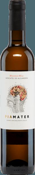 Der spanische Dessertwein Piamater Blanco Naturalmente Dulce von Vitivinicola Tandem entsteht aus sonnengetrockneten Moscato-Trauben, die auf etwa 700 m Höhe in Málaga im Süden Spaniens an alten Rebstöcken reifen. Es ist ein vielschichtiger und beeindruckender Wein, der im Glas leuchtend goldgelb mit grünen Reflexen erstrahlt. In der Nase entfaltet sich ein komplexes Spiel der Aromen und Düfte nach Blüten, Honig, tropische Früchte und Quitte. Am Gaumen gibt sich dieser rassige Wein frisch-fruchtig und kraftvoll, die gute Balance zwischen Säure und Frucht hebt sich ansprechend hervor, fein und filigran im Nachhall. Vinifikation des Tandem Piameter Dulce Die Önologin von Vitivincola Tandem, Alicia Eyaralar, erzeugt in Málaga, im Süden Spaniens, in Partnerschaft mit dem Weingut Bodegas Dimobe, diesen außergewöhnlichen Dessertwein aus 100% Moscato-Trauben. Die Trauben reifen an Rebstöcken, die 50 Jahre und älter sind in Weingärten der Einzellage Axarquia, an den kargen Hängen der Sierra Màlaga auf nährstoffarmen, verwitterten Böden, von Ton und Quarz geprägt. Die Lese der Moscato-Trauben erfolgt per Hand bereits Ende August. Danach werden die gelesenen Trauben in der Sonne getrocknet und erst wenn diese den besten Grad der Trocknung und Restsüße erreicht haben, erfolgt die temperaturkontrollierte Maischegärung in Edelstahltanks. Speiseempfehlung für den Piamater Blanco Naturalmente Dulce Tandem Dieser süße Wein aus Spanien kann als Dessert- oder Meditationswein genossen werden, solo oder als idealer Begleiter zu Blauschimmelkäse mit Honig, zu Foie-Gras (Gänsestopfleber oder Entenstopfleber), zu Eis und Schokolade und trockenem Gebäck. Auszeichnungen für den Tandem Piamater Blanco Naturalmente Dulce Mundus Vini: Silber für 2013