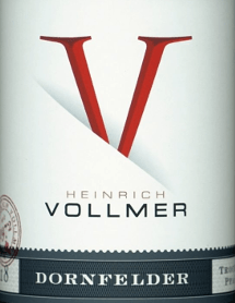 Der Dornfelder QbA von Weingut Heinrich Vollmer aus der Pfalz präsentiert im Glas eine leuchtende, purpurrote Farbe. Der Nase zeigt dieser Weingut Heinrich Vollmer Rotwein allerlei Heidelbeeren, Schwarzkirschen, Pflaumen, Schattenmorellen und Maulbeeren. Als wäre das nicht bereits eindrucksvoll, gesellen sich noch Zimt, Kakaobohne und Lebkuchen-Gewürz hinzu. Der Dornfelder QbA von Weingut Heinrich Vollmer ist eine gute Wahl für alle Weinfreunde, die es trocken mögen. Dabei zeigt er sich aber nie karg oder spröde, sondern rund und geschmeidig. Auf der Zunge zeichnet sich dieser ausgeglichene Rotwein durch eine ungemein dichte Textur aus. Durch seine prägnante Fruchtsäure zeigt sich der Dornfelder QbA am Gaumen herrlich frisch und lebendig. Das Finale dieses Rotweins aus der Weinbauregion Pfalz, genauer gesagt aus Ellerstadt (DE), begeistert schließlich mit gutem Nachhall. Der Abgang wird zudem von mineralischen Facetten der von Lehm dominierten Böden begleitet. Vinifikation des Dornfelder QbA von Weingut Heinrich Vollmer Grundlage für den balancierten Dornfelder QbA aus Pfalz sind Trauben aus der Rebsorte Dornfelder. In der Pfalz wachsen die Reben, die die Trauben für diesen Wein hervorbringen auf Böden aus Lehm. Nach der Weinlese gelangen die Weintrauben zügig in die Kellerei. Hier werden sie selektiert und behutsam gemahlen. Anschließend erfolgt die Gärung im bei kontrollierten Temperaturen. Der Gärung schließt sich eine Reifung . Speiseempfehlung für den Dornfelder QbA von Weingut Heinrich Vollmer Genießen Sie diesen Rotwein aus Deutschland am besten temperiert bei 15 - 18°C als begleitenden Wein zu Kalbstafelspitz mit Bohnen und Tomaten, Gänsebrust mit Ingwer-Rotkohl und Majoran oder Spaghetti mit Kapern-Tomaten-Sauce.