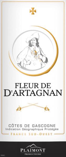 Der Fleur de d'Artagnan Rouge von Plaimont offenbart sich mit einem Granatrot und kirschfarbenen Reflexen im Glas. Hier entfaltet sich die wunderbare Aromatik dieses Rotweines, der mit fruchtigen Aromen von Cassis und Waldbeeren verzaubert. Abgerundet wird das Bouquet durch einen feinen Hauch von Süßholz. DerFleur de d'Artagnan Rouge aus derCôtes de Gascognebegeistert mit samtiger Fülle am Gaumen während er mit einer feinen Frische in den Abgang übergeht. Dieser französische Rotwein aus dem sonnigen Südwesten ist der ideale Begleiter für deftige Fleischspeisen. Vinifikation des Fleur de d'Artagnan Rouge Diese Cuvée wird zu 60% aus Merlot vinifiziert. Der restliche Anteil teilt sich mit 30% auf Cabernet Sauvignon und 10% auf Tannat auf. Die Trauben stammen alle aus Weinbergen in Gers, dem Herzen der Gascogne. Nach der Lese und Fermentation erfolgte der Ausbau dieses Rotweines in Edelstahltanks. Die Weinserie Fleur de d'Artagnan der Kellerei Plaimont umfasst Weine von außerordentlicher Frische, Klarheit und Fruchtigkeit mit einem ehrlichen Rebsortencharakter. Dabei setzt man vor allem auf regionale Rebsorten. Die temperamentvollen Weine sollen dem berühmten Musketier d'Artagnan, dessen Bildnis das Etikett ziert, ein beeindruckendes Denkmal setzen. Speiseempfehlung zum Fleur de d'Artagnan Rouge Genießen Sie diesen fruchtigen Rotwein aus Südfrankreich zu gegrillten Speisen, Pizza und Lasagne, Salaten, Fleisch oder Käse.