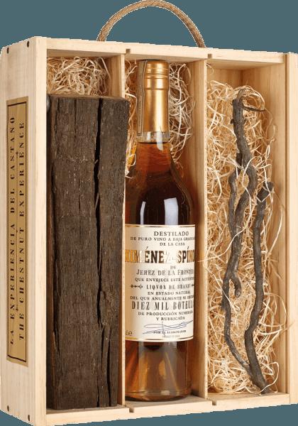 Der Brandy Criadera 10.000 Chestnut Experience von Ximénez-Spinola präsentiert sich in einem dunklen Bernstein im Glas und verführt mit seinem weichen und aromatischen Bouquet. Dieses setzt sich harmonisch aus getrockneten Aprikosen, Datteln, nussigen Noten und einer edlen Röstaromatik zusammen. Dieser Branntwein aus Spanien ist am Gaumen dicht und kraftvoll, bevor er in einem langen und weichen Finale endet. Genießen Sie den Brandy Criadera als Digestif.