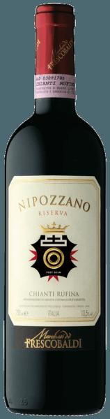 Der im Fass ausgebaute Nipozzano Riserva Chianti Rufina 1,5 l Magnum aus der Weinbau-Region die Toskana präsentiert sich im Glas in leuchtendem Purpurrot, Rubinrot. Leicht schräg gehalten, offenbart das Rotweinglas an den Rändern einen charmanten granatroten Ton. Gibt man ihm im Glas durch Schwenken etwas Luft, so kann man bei diesem Rotwein eine perfekte Balance wahrnehmen, denn er zeichnet sich an den Wänden des Glases weder wässrig noch sirup- oder likörartig ab. Diese italienische Cuvée zeigt im Glas herrlich vornehm und komplex Noten von Brombeeren, Heidelbeeren, Schwarzen Johannisbeeren und Nashi-Birne. Hinzu gesellen sich Anklänge von Bitterschokolade, Vanille und schwarzem Tee. Dieser italienische Wein begeistert durch sein elegant trockenes Geschmacksbild. Er wurde mit lediglich 1,6 Gramm Restzucker auf die Flasche gebracht. Wie man es natürlich bei einem Wein Icon-Wein Segment erwarten kann, so verzückt dieser Italiener natürlich bei aller Trockenheit mit feinster Balance. Exzellenter Geschmack braucht nicht unbedingt viel Zucker. Durch seine lebendige Fruchtsäure zeigt sich der Nipozzano Riserva Chianti Rufina 1,5 l Magnum am Gaumen herrlich frisch und lebendig. Das Finale dieses gut reifungsfähigen Rotwein aus der Weinbauregion die Toskana besticht schließlich mit beachtlichem Nachhall. Vinifikation des Castello di Nipozzano Nipozzano Riserva Chianti Rufina 1,5 l Magnum Der balancierte Nipozzano Riserva Chianti Rufina 1,5 l Magnum aus Italien ist eine Cuvée, vinifiziert aus den Rebsorten Cabernet Sauvignon, Colorino, Malvasia Nera, Merlot und Sangiovese. Der Nipozzano Riserva Chianti Rufina 1,5 l Magnum ist ein Alte Welt-Wein im besten Sinne des Wortes, denn dieser Italiener versprüht einen außergewöhnlichen europäischen Charme, der ganz klar den Erfolg von Weinen aus der Alten Welt unterstreicht. Wenn die perfekte physiologische Reife sichergestellt ist werden die Trauben für den Nipozzano Riserva Chianti Rufina 1,5 l Magnum ohne die Hilfe grober und we