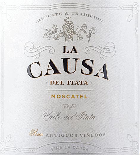 Der rebsortenreine Moscatel von La Causa hat seine Heimat im wunderschönenValle del Itata - gelegen im chilenischen Weinanbaugebiet Valle Sur. Ein strahlendes Strohgelb mit goldenen Glanzlichtern legt sich bei diesem Wein ins Glas. Das üppige Bouquet entfaltet intensive Aromen nach Sommerblüten, saftig gereiften Zitrusfrüchten - insbesondere Limette und Grapefruit - sowie Trauben. Die rassige Säure erfrischt den Gaumen und ist harmonisch in den knackigen Körper eingebunden. Die Gärung auf den Beerenschalen verleiht diesem chilenischen Weißwein eine herrliche Struktur und die Lagerung auf der Feinhefe eine seidige Fülle. Das Finale wartet mit angenehmer Länge auf. Vinifikation des La Causa Moscatel Im April werden die optimal gereiften Moscatel Trauben in Valle del Itata gelesen und im Weinkeller zunächst streng selektiert. Danach wird das Lesegut sanft angequetscht und für 7 Tage bei einer Temperatur von 16 bis 18 Grad im Edelstahltank vergoren. Anschließend verbleibt dieser Wein für 5 Tage auf den Beerenschalen. Abschließend wird dieser Weißwein in den Stahltanks für 12 Monate auf der Feinhefe ausgebaut. Speiseempfehlung für den Moscatel La Causa Genießen Sie diesen trockenen Weißwein aus Chile gut gekühlt als willkommenen Aperitif. Oder reichen Sie diesen Wein zu Fingerfood, gegrilltem Hähnchen oder auch zu Fisch und Meeresfrüchten.
