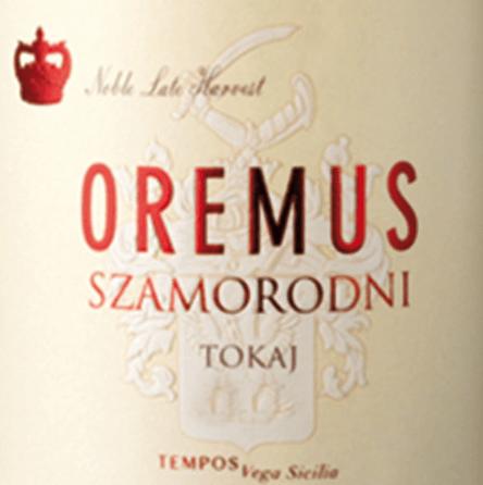 """DerTokaji Szamorodni von Tokaj Oremus wird aus den Rebsorten Furmint und Harslevelü vinifiziert und ist ein saftiger, lebhafter Dessertwein.Das WortSzamorodni kommt aus dem Polnischen und bedeutet """"geboren - gewachsen"""". Denn die Trauben werden so geerntet wie diese an den Rebstöcken wachsen. Im Glas besitzt dieser Wein eine kräftig goldene Farbe mit bernsteinfarbenen Reflexen. Das elegante Bouquet wird von einer nussigen Aromatik (insbesondere Haselnüsse und Mandeln) und feinwürzigen Noten nach Vanille bestimmt. Am Gaumen präsentiert sich bei diesem Tokaj eine lebhafte Säure, die perfekt mit der saftigen Süße harmoniert. Auch die Aromen der Nase spiegeln sich wider und begleiten in das angenehm lange Finale. Vinifikation des OremusSzamorodniTokaji Die Beeren werden, wie diese gewachsen sind (szamorodni), von den Rebstöcken sorgsam von Hand gelesen. Allerdings darf der Botrytisbefall (Edelfäule) nicht mehr als 60% betragen. Ist das Lesegut im Weinkeller von Oremus angekommen, werden diese in speziellen Kesseln über Nacht stehen gelassen und am nächsten Tag sanft abgepresst. Der Gärprozess für diesen Dessertwein beträgt ca. 3 bis 4 Wochen. Anschließend wird dieser Tokaj für 18 Monate in neuen Fässern aus ungarischer Eiche ausgebaut. Speiseempfehlung für denSzamorodni Tokaj Oremus Nicht nur zu Desserts mit Obst passt dieser edelsüße Dessertwein aus Ungarn perfekt. Auch leicht gekühlt als Aperitif oder zu herzhaften Käsesorten ist dieser Wein ein Genuss."""