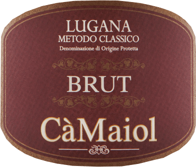 Der Metodo Classico Lugana von Cà Maiol kommt mit intensiver, strohgelber Farbe und goldenen Reflexen ins Glas. Die Nase desMetodo Classico Lugana erweist sich als außerordentlich vielschichtig mit einem großen Duftpotpourri, das neben Zitrusfrüchten an Galia-Melone, reife Aprikosen und Pfirsich-Melba erinnert. Würzige Noten von gut gebräuntem Brioche, Kreuzkümmel und kandiertem Ingwer gesellen sich hinzu. Im Gaumen zeigt derMetodo Classico Lugana von Cà Maiol wieder viel gelben Pfirsich, aber auch Anflüge von Alpenkräutern und Lavendel. Im Auftakt sanft und körperreich, zeigt sich dieser Lugana harmonisch, üppig und balanciert. Ein saftiger Trinkfluss und feinste Barrique-Aromen runden den Geschmack dieses Weißweins aus der Lombardei perfekt ab. Vinifikation desMetodo Classico Lugana Dieser Lugana von Cà Maiol trägt den Namen des Erstgeborenen der Inhaber-Familie. Nach der Lese der Trauben in den ältesten, ertragsärmeren Weinbergen des Gutes, werden diese kalt eingemaischt und der Most nach der Pressung temperaturkontrolliert vergoren. Anschließend reift derMetodo Classico LuganaWeißwein 6 Monate in 225l Barriques aus französischer Eiche. Nach der Flaschenfüllung darf sich der Wein noch ein weiteres halbes Jahr harmonisieren, bevor er schließlich in den Handel kommt. Speiseempfehlung zum Cà MaiolMetodo Classico Lugana Genießen Sie diesen kraftvollen Spitzenwein aus der Lombardei zu würzigen Speisen mit hellem Fleisch, zu Alba Trüffel oder einfach nur so. Prämierungen für den Cà MaiolMetodo Classico Lugana Falstaff: 93 Punkte für 2015 Bibenda: 5 Trauben für 2015 Gambero Rosso: 2 rote Gläser für 2013 und 2014