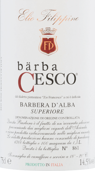 Der Bärba Cesco Barbera d'Alba Superiore von Elio Filippino ist ein wundervoller, reinsortiger Rotwein aus dem Piemont. Im Glas erstrahlt dieser Wein in einem kräftigen Rubinrot mit violetten Reflexen. Die Nase erfreut sich an komplexen Aromen nach reifen Waldfrüchten - insbesondere Heidelbeeren, Brombeeren und Blaubeeren - untermalt von Anklängen nach Vanille und Edelholz. Am Gaumen besitzt dieser italienische Rotwein einen vollen Körper mit einer wundervoll eleganten Tanninstruktur. Das Finale ist angenehm lang und wird von vanilligen Tönen begleitet. Vinifikation desElio FilippinoBärba Cesco Barbera d'Alba Superiore Nach der sorgsamen Lese von Hand der Barbera Trauben, werden diese im Weinkeller sorgfältig selektiert und eingemaischt. Ganz traditionell wird die Maische in Edelstahltanks vergoren. Nach abgeschlossenen Gärprozess reift dieser Wein für insgesamt 18 Monate in Barriques. Durch die Lagerung im Holzfass gewinnt dieser Wein seine kräftige Farbe, intensiven Aromen und eleganten Tannine. Speiseempfehlung für denBärba CescoElio FilippinoBarbera d'Alba Superiore Dieser trockene Rotwein aus Italien ist der perfekte Speisebegleiter zu Rostbraten in dunkler Sauce mit Zwiebeln, Wildschweinragout mit Spätzle oder auch zu gereiften Käsesorten. Wir empfehlen Ihnen diesen Wein zu dekantieren.
