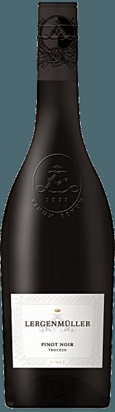 Der Pinot Noir Qualitätswein trocken von Lergenmüller offenbart einekühle Nase, die an Waldbeeren, wilde Weichsel, ein wenig Wachholder sowie Rosen erinnert.Am Gaumen wirkt er klar und feinsaftig, sehr charmant und leicht verspielt sowie lebendig frisch. Ein fester, voller Körper mit sanften Tanninen, Kraft und Rückgrat zeichnet sich ab. Der Geschmack ist geprägt von einer anregenden roten Frucht, abermals Wildkirschen, Wacholder und etwas Vanille. Die schöne Frucht bleibt am Gaumen und im tollen Abgang stets präsent und enorm anregend. Insgesamt ist er ein komplexer und vielschichtiger Tropfen mit einer spielerischen Leichtigkeit.Servieren Sie ihn zu kräftigen Gerichten vom Schwein wie Geschnetzeltes mit Rahmchampignons oder auch zu Medaillons mit mediterranem Grillgemüse.