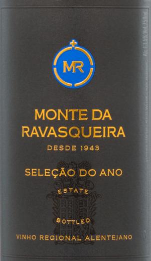 Der Seleção do Año Tinto von Monte da Ravasqueira vereint in sich die Rebsorten Alicante Bouschet (25%), Aragonêz (25%), Syrah (25%) und Touriga Nacional (25%). Ein dichtes Dunkelrot mit violetten Glanzlichtern leuchtet bei diesem portugiesischen Wein im Glas. Das Bouquet wird getragen von ausdrucksstarken Noten nach Waldfrüchten - insbesondere Himbeere und Brombeere - reifen Pflaumen und Feigen. Am Gaumen präsentiert sich ein zupackender Charakter, der sich trotzdem sehr elegant zeigt und wundervoll mit den Aromen der Nase harmoniert. Das lange Finale wird von samtigen, weichen Tanninen getragen. Vinifikation desTinto Monte da RavasqueiraSeleção do Año Nach der Lese der vier Rebsorten (Alicante Bouschet,Aragonêz, Syrah und Touriga Nacional) findet eine temperaturkontrollierte Maischegärung in Edelstahltanks statt. Nach Abschluss der Gärung werden 20% dieses Weins für 6 Monate in französischer Eiche ausgebaut. Die restlichen 80% ruhen in Edelstahltanks. Speiseempfehlung für denRavasqueiraSeleção do Año Tinto Genießen Sie diesen trockenen Rotwein aus Portugal zu deftigen Fleischgerichten - insbesondere Braten in dunkler Sauce mit herzhaften Beilagen.