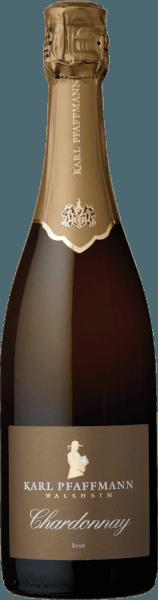 Mit dem Karl Pfaffmann Chardonnay Sekt brut kommt ein erstklassiger Schaumwein ins Glas. Hierin offeriert er eine wunderbar brillante, goldgelbe Farbe. Die Perlage dieses Schaumweins leuchtet im Glas vital und langanhaltend. Die erste Nase des Chardonnay Sekt brut zeigt Noten von Physalis, Quitten und Ananas. Den fruchtigen Anklängen des Bouquets gesellen sich noch mehr fruchtig-balsamische Nuancen hinzu. Der Chardonnay Sekt brut von Karl Pfaffmann ist der richtige Tropfen für alle Wein-Genießer, die möglichst wenig Süße im Wein mögen. Dabei zeigt er sich aber nie karg oder spröde, sondern rund und geschmeidig. Im Abgang begeistert dieser Schaumwein aus der Weinbauregion die Pfalz schließlich mit schöner Länge. Erneut zeigen sich wieder Anklänge an Physalis und Ananas. Vinifikation des Karl Pfaffmann Chardonnay Sekt brut Dieser Wein legt das Augenmerk klar auf eine Rebsorte, und zwar auf Chardonnay. Für diesen wunderbar eleganten sortenreinen Wein von Karl Pfaffmann wurde nur makelloses Lesegut verwendet. Im Anschluss an die Lese werden die Weintrauben umgehend ins Presshaus gebracht. Hier werden sie sortiert und behutsam gemahlen. Anschließend erfolgt die Gärung der Grundweine. Nach der Assemblage der Cuvée folgt der weitere Ausbau auf Basis der klassischen Flaschengärung. Im Anschluss reift der Karl Pfaffmann Chardonnay Sekt brut für einige Monate in der Flasche und wird schließlich degorgiert. Speiseempfehlung zum Karl Pfaffmann Chardonnay Sekt brut Trinken Sie diesen Schaumwein aus Deutschland am besten sehr gut gekühlt bei 5 - 7°C als begleitenden Wein zu Kokos-Limetten-Fischcurry, Rote Zwiebeln gefüllt mit Couscous und Aprikosen oder Steinbeißerfilet auf japanische Art mit Gemüse-Julienne.