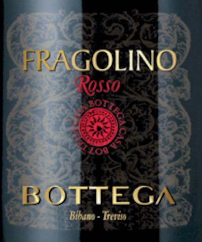 Der Fragolino Rosso Frizzante von Bottega aus Venetien kommt mit leuchtend hellem Kirschrot und purpurnen Reflexen ins Glas. Dieser Perlwein duftet wie kein anderer seiner Art nach reifen saftigen Erdbeeren, frisch gemachtem Erdbeer-Eis und Anklängen an weiße Schokolade mit getrockneten Erdbeer-Stücken. Dem Gaumen schmeichelt der Fragolino Rosso von Bottega mit angenehmer Süße, einem frischen Geschmack und einem zarten, nicht zu dominantem Prickeln. Erneut verzücken Erdbeer-Aromen jedweder Couleur den Gaumen. Vinifikation des Bottega Fragolino Rosso Frizzante Der Fragolino der Gegenwart ist eine Hommage an die Isabella-Rebe, auch als Clinton oder Fragola bekannt. Die Rebsorte war gerade nach der Reblaus-Katastrophe für viele Winzer der rettende Strohhalm, denn sie ist außerordentlich resistent. Heute wird die Isabella in Italien nur noch selten zur Weinherstellung genutzt, aber Bottega wollte ihr trotzdem ein Denkmal setzen und kreierte mit dem Fragolino Frizzante ein weinhaltiges Getränk, das den Charme, die intensive Erdbeerfruchtigkeit und die angenehme, frische Süße des Fragolino alter Art perfekt einfängt. Speiseempfehlung für den Bottega Fragolino Frizzante Genießen Sie dieses prickelnde rote Fragolino-Erlebnis als Aperitif pur, auf Eis, mit Minzeblättern oder auch in Begleitung von Fruchtsalaten oder einem frisch gemachten Erdbeer-Sorbet.