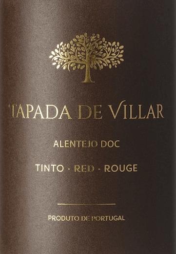 Der Tapada de Villar Tinto von Quinta das Arcas ist eine komplexe Cuvée. Dieser Rotwein wartet mit Aromen von Zwetschgen, Pflaumen, und wunderbarer Würze auf. Der Tapada de Villar Tinto von Quinta das Arcas offenbart sich in einer dunklen, rubinroten Farbe im Glas. Die Nase erreichen saubere Noten mittlerer Intensität. Hier dominieren rote Früchte, Zwetschgen und warme Vanillenoten, untermalt von Eiche. Am Gaumen kommt die trockene Säure gut zur Geltung, die von weichen und reifen Tanninen ausbalanciert wird. Auch hier kommt der fruchtige Charakter des Tapada Tinto gut zur Geltung. Samtige Pflaumen, lieblicher Zimt, dunkle Schokolade und feiner Muskat begleiten. Der vier Monate im Barrique sind die Holz- und Gewürznoten zu verdanken, die auch den langen Nachhall der Cuvée prägen. Vinifikation desTapada de Villar Tinto Die Trauben des Tapada de Villar Tinto reifen auf den Ebenen des Alentejo in den Sub-Regionen Orada und Borba, bei trocken-mediterranem Klima und unter der schwierigen Voraussetzungen von stark schwankenden Temperaturen zwischen Tag und Nacht. Um die Qualität der Lese zu gewährleisten wird nachts geerntet und zügig entrappt. Die Fermentation findet in Stahltanks statt, wo der Maischekuchen regelmäßig unter den Most gepumpt wird. Danach reift dieser portugiesische Rotwein für 4 Monate in französischen Eichenholz-Barriques. Speiseempfehlung für denQuinta das Arcas Tapada de Villar Wir empfehlen diesen trockenen Rotwein zu portugiesischen Tapas, Salami, abgehangenem Schinken, reifem Käse oder unkompliziert zu Brot mit Olivenöl und Salz.