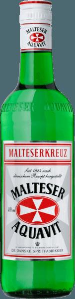 """Das original-dänische Rezept des Malteserkreuz Aquavit ist seit 1924 unverändert. Das Geheimnis dieses eleganten Klassikers liegt heute wie damals in der ausschließlichen Verwendung von extrafein filtriertem Alkohol und den ausgewählten Gewürzen. Besonders Kümmel und Dill prägen den Geschmack. Im Abgang sind dezente Noten von Zitrusfrucht zu erkennen. Geschichte des Malteserkreuz Aquavit Heute hat der Malteserkreuz Aquavit mehr Freunde denn je und gilt in Deutschland als Nr.1 im Aquavitbereich. Als der Malteserkreuz Aquavit Mitter der 20er Jahre in Berlin aus der Taufe gehoben wurde, blühte in der Hauptstadt das Leben. Die Nachwirkungen des Krieges und die Inflation waren deutlich am Abklingen und die Menschen stürzten sich auf alles was Vergnügen und Genuss versprach. Es war die Hochzeit der Metropole Berlin in den """"roaring twenties"""". Es war die Zeit, als man den Shimmy tanzte, die Frauen einen kessen Bubikopf trugen und man sich endlich wieder guten Gewissens etwas Vergnügen gönnen konnte. Die ersten Flaschen mit dem Malteserkreuz Aquavit gingen in die Berliner Prestigehotels Eden und Adlon. Damals waren die Flaschen noch handetikettiert, in weißer Wickelseide verpackt und säuberlich in Holzkisten gelagert. Servierempfehlung für den Malteserkreuz Aquavit Genießen Sie den Malterserkreuz Aquavit eisgekühlt pur oder als """"Wikinger-Gedeck"""", zusammen mit einem kühlen Bier zu Fischgerichten."""