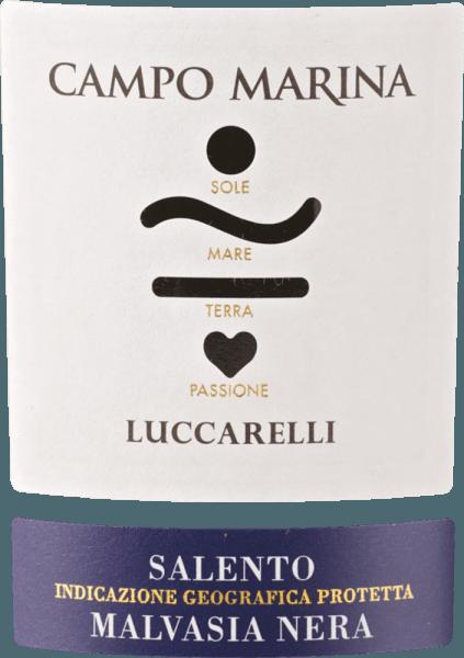 Der Campo Marina Malvasia Nera Salento aus der Weinbau-Region Apulien präsentiert sich im Glas in dichtem Farbton. Dieser Wein begeistert durch sein elegant trockenes Geschmacksbild. Er wurde mit lediglich 6,6 Gramm Restzucker auf die Flasche gebracht. Hier handelt es sich um einen echten Qualitätswein, der sich klar von einfacheren Qualitäten abhebt und so verzückt dieser Italiener natürlich bei aller Trockenheit mit feinster Balance. Exzellenter Geschmack benötigt eben nicht unbedingt viel Restzucker. Durch seine lebendige Fruchtsäure offenbart sich der Campo Marina Malvasia Nera Salento am Gaumen außergewöhnlich frisch und lebendig. Vinifikation des Luccarelli Campo Marina Malvasia Nera Salento Der kraftvolle Campo Marina Malvasia Nera Salento aus Italien ist ein reinsortiger Wein, hergestellt aus der Rebsorte Malvasia Nera. Die Trauben wachsen unter optimalen Bedingungen in Apulien. Die Reben graben hier ihre Wurzeln tief in Böden aus Lehm. Nach der Lese gelangen die Trauben umgehend in die Kellerei. Hier werden sie sortiert und behutsam aufgebrochen. Anschließend erfolgt die Gärung im Edelstahltank bei kontrollierten Temperaturen. Nach dem Abschluss der Gärung kann sich der Campo Marina Malvasia Nera Salento für 8 Monate in amerikanischer Eiche weiter harmonisieren. Speiseempfehlung für den Campo Marina Malvasia Nera Salento von Luccarelli Dieser Italiener sollte am besten temperiert bei 15 - 18°C genossen werden. Er eignet sich perfekt als Begleiter zu Boeuf Bourguignon, Lammragout mit Kichererbsen und getrockneten Feigen oder Entenbrust mit Zuckerschoten.