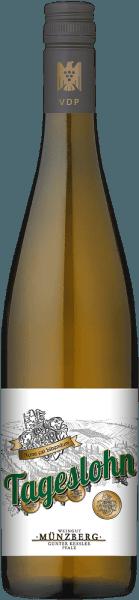 Der Tageslohn Riesling aus der Feder von Weingut Münzberg aus der Pfalz offenbart im Weinglas eine leuchtende, hellgelbe Farbe. Die Nase dieses Weißweins aus der Pfalz verführt mit Anklängen von Physalis, Sternfrucht, Pomelo und Orange.Gerade seine fruchtbetonte Art macht diesen Wein so besonders. Dieser deutsche Wein begeistert durch sein elegant trockenes Geschmacksbild. Er wurde mit lediglich 6,8 Gramm Restzucker auf die Flasche gebracht. Hier handelt es sich um einen echten Qualitätswein, der sich klar von einfacheren Qualitäten abhebt und so verzückt dieser Deutsche Wein natürlich bei aller Trockenheit mit feinster Balance. Aroma benötigt eben nicht unbedingt Zucker. Am Gaumen präsentiert sich die Textur dieses ausgeglichenen Weißweins perfekt balanciert. Durch seine vitale Fruchtsäure präsentiert sich der Tageslohn Riesling am Gaumen traumhaft frisch und lebendig. Im Abgang begeistert dieser Weißwein aus der Weinbauregion Pfalz schließlich mit beachtlicher Länge. Es zeigen sich erneut Anklänge an Pink Grapefruit und Papaya. Vinifikation des Tageslohn Riesling von Weingut Münzberg Dieser balancierte Weißwein aus Deutschland wird aus der Rebsorte Riesling vinifiziert. Nach der Handlese gelangen die Trauben zügig in die Kellerei. Hier werden sie sortiert und behutsam gemahlen. Anschließend erfolgt die Gärung im Edelstahltank bei kontrollierten Temperaturen. Nach ihrem Ende kann sich der Tageslohn Riesling für einige Monate auf der Feinhefe weiter harmonisieren.. Speiseempfehlung zum Weingut Münzberg Tageslohn Riesling Dieser Deutsche Wein sollte am besten gut gekühlt bei 8 - 10°C genossen werden. Er eignet sich perfekt als Begleiter zu Kohl-Rouladen, Spargelsalat mit Quinoa oder Lauch-Tortilla.