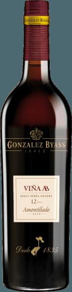 DerVina AB Amontillado von Gonzalez Byass ist ein rebsortenreiner, ausbalancierter Sherry aus der Rebsorte Palomino Fino, die im spanischen Weinanbaugebiet DO Jerez wachsen. Im Glas schimmert dieser Wein in einer zarten Bernsteinfarbe mit goldgelbenen Glanzlichtern. Eine feine, elegante Aromatik offenbart sich der Nase. Das Bouquet besitzt typische Fino-Aromen nach Mandeln und frischer Hefe, ergänzt um Haselnüsse und einen dezenten Hauch nach Eichenholzwürze. Der Gaumen wird von diesem trockenen Sherry mit feinen Holzaromen und Anklängen nach Nüssen verwöhnt. Die ausbalancierte, frische Säure harmoniert wundervoll mit dem salzig-mineralischen Charakter. Das Finale wartet mit einer angenehmen Länge und dezenten Bitternoten und einer Brise Meersalz auf. Vinifikation desTio Pepe Gonzalez ByassAB Amontillado Nach der sorgsamen Lese von Hand der Palomino Fino Trauben in 15kg Kisten, wird das Lesegut umgehend in den Weinkeller von Gonzalez Byass gebracht. Dort werden die Beeren vollständig entrappt und sanft gepresst. Bei niedrigen Temperaturen wird dieser Sherry vergoren und anschließend auf ein 15,5 Volumenprozent aufgespritet und inoberste Fassreihe des Tio-Pepe-Soleras gelegt. Nach der Reife im Tio-Pepe-Solera wird dieser Sherry in die eigenenViña AB-Solera überführt. Nach rund 12 Jahren Reifezeit wird dieser Sherry auf die Flasche gefüllt. Speiseempfehlung für denAB Amontillado Tio Pepe Byass Genießen Sie diesen trockenen Sherry zu Geflügelgerichten mit knackigen Bohnen, feiner Schinken mit Spargel oder auch zu allerlei Reispfannen. Damit sich die Aromen am besten entfalten können, empfehlen wir Ihnen, diesen Sherry in einem Weißweinglas zu trinken. Auszeichnung für denGonzalez ByassAB Amontillado Tio Pepe Wine Spectator: 91 Punkte (Edition 2017)