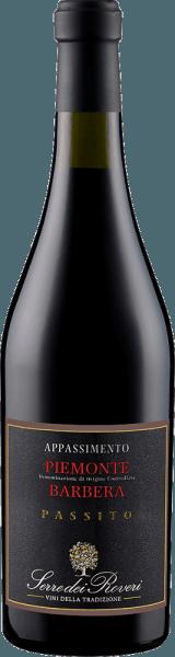 Der Serre dei Roveri Appassimento Piemonte Barbera DOC erscheint im Glas in einem tiefen Rot und verzaubert mit seinem komplexen und gehaltvollen Bouquet, welches von den Aromen dunkler Früchte getragen wird. Untermalt werden diesen Aromen von den Noten reifer Kirschen und Dörrobst. Dieser italienische Rotwein ist am Gaumen dicht mit einem vollem Körper und weichen, eleganten Tanninen. Im Abgang ist dieser Rotwein langanhaltend mit einem rosinigen Aroma. Vinifikation für den Serre dei Roveri Appassimento Piemonte Barbera DOC Dieser Rotwein aus der Rebsorte Barbera wird im sogenannten Appassimento-Verfahren hergestellt. Dabei werden vollreife Trauben nach der Lese 2 bis 4 Monate auf Holzgittern getrocknet, um den Trauben einen Großteil der Flüssigkeit zu entziehen und so den Zuckergehalt zu erhöhen. Speiseempfehlung für den SartiranoSerre dei Roveri Appassimento Barbera Genießen Sie diesen halbtrockenen Rotwein zu kräftigen Wildgerichten, Braten oder zu gut gereiftem Käse.