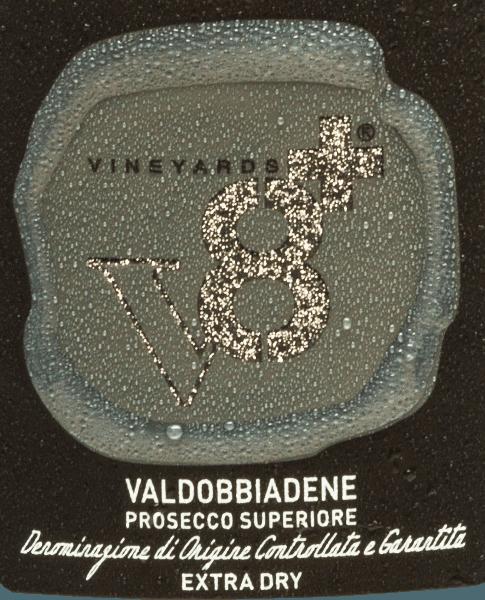 Sior Piero Valdobbiadene Prosecco Superiore Extra Dry von Vineyards v8+ ist ein hervorragender, sortenreiner Schaumwein der ausschließlich aus der italienischen Rebsorte Glera vinifiziert wird. Im Glas schimmert dieser Schaumwein einem zarten Hellgelb und die feinperlige, anhaltende Perlage steigt zu einer feinen Mousseux an die Oberfläche. Sortentypische Noten verzaubern die Nase - es kommen intensive Aromen nach reifen Äpfeln und saftiger Birne zur Geltung. Unterlegt wird das Bouquet von nussigen Anklängen. Am Gaumen begeistert dieser Prosecco mit einem seidig-cremigen Textur und weichem Körper. Auch am Gaumen kommen die fruchtigen Aromen der Nase wundervoll zum Vorschein. Speiseempfehlung für denVineyards v8+Sior Piero Valdobbiadene Prosecco Superiore Genießen Sie diesen Prosecco Spumante aus Italien zu den verschiedensten Vorspeisen - ob Fingerfood, Gemüse-Sticks oder Tapas. Aber auch Solist ist dieser Schaumwein ein wahrer Genuss.