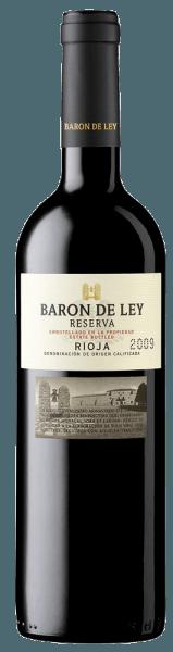Fast unberührt von den Jahren der Reifung präsentiert sich der Wein tief kirschrot im Glas.Das Bukett des Reserva von Baron de Ley ist hoch konzentriert und benötigt etwas Zeit, um sich zu öffnen. Nach einer Stunde Belüftung enthüllt es eine komplexe aromatische Vielfalt aus Graphit- und Rauchnoten vor dem Hintergrund von komplexer werdenden roten Fruchtaromen. Mehr erfahren Sie in der Expertise der Barón de Ley Reserva.