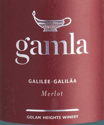 Der Gamla Merlot von Golan Heights Winery ist ein fruchtbetonter, weicher und sortenreiner Merlot aus dem Weinanbaugebiet Golan / Galiläa. Dieser Wein zeigt sich in einem leuchtenden Rubinrot mit purpurnen Glanzlichtern im Glas. Die lieblichen Aromen von reifen, saftigen Waldbeeren verleihen diesem Rotwein einen besonders exklusiven Duft. Dazu gesellen sich noch Noten nach frisch geriebener Orangenschale, Salbei und schwarzer Tee. Am Gaumen präsentiert sich dieser Rotwein mit einem üppig und saftig Körper, der von feinen Tanninen getragen wird. Das Finale wartet mit einer ansprechenden Länge auf. Vinifikation desGolan Heights WineryGamla Merlot Galiläa ist die nördlichste Region der israelischen Siedlungen. Die höchste Qualität weist dabei die Appellation der Golanhöhen auf. Die Weinberge auf dem vulkanischen Plateau haben einen Anstieg von 400 Meter über dem Meeresspiegel bis zu 1.200 Metern. Die Trauben für diesen reinsortigen Merlot werden per Hand von den zentralen und nördlichen Golanhöhen geerntet. Hier besteht der Boden größtenteils aus Vulkanerde. Nach der Gärprozess im Edelstahltank ruht dieser Rotwein für 12 Monate in Fässern aus französischer Eiche. Speiseempfehlung für denMerlotGolan Heights Winery Gamla Wir empfehlen Ihnen diesen trockenen Rotwein von den Golanhöhen zu gemütlichen Grillabenden mit der Familie und den Freunden. Aber auch zu geschmorrtem Lamm oderPolenta-Bruschetta mit Tapenade ist dieser Wein ein Genuss.  Dieser Artikel darf nach der EU-Richtlinie2015/C 375/05nicht als Wein aus Israel deklariert werden. Mehr Informationen zu dieser EU-Richtlinie finden Siehier.
