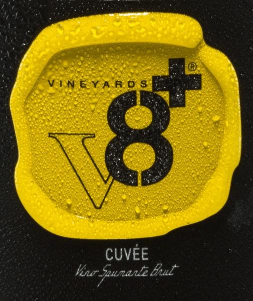 DerBerto Cuvée Spumante Brut von Vineyards v8+ ist ein eine wundervoll prickelnde Schaumwein-Cuvée aus diversen weißen Rebsorten, welche separat vinifiziert werden. Im Glas leuchtet dieser Wein in einer strohgelben Farbe mit glitzernden Highlights. Die lang anhaltende Perlage tanzt gleichmäßig an die Oberfläche. Die Nase erfreut sich an intensiv blumigen Aromen und feine Anklänge an frisch gebackenen Hefezopf. Untermalt wird das Bouquet von zitrischen Nuancen. Am Gaumen begeistert dieser Spumante mit einer wundervollen Harmonie, ausgewogener Balance und einem guten Körper mit frischer Säure. Speiseempfehlung für denVineyards v8+ Berto Cuvée Spumante Brut Dieser Spumante aus Italien ist der ideale Aperitif für allerlei Festlichkeiten - ob zur Familienfeier, Hochzeit oder zu Geburtstagsparty - prickelnd, frisch und aromatisch.