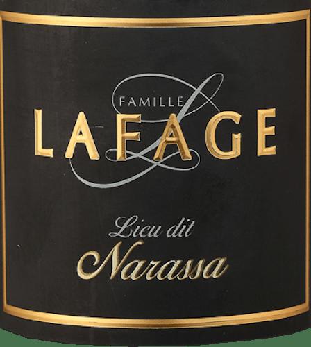 Der Lieu Dit Narassa der Domaine Lafage kommt mit dichtem Purpurrot ins Glas und offenbart ein Bouquet voller dunkler Beeren wie Brombeeren und vollreife Himbeeren. Auch saftige sowie getrocknete Pflaumen kommen uns in den Sinn.Weiter ergänzen getrocknete Kräuter wie Thymian und etwas Lavendel sowie erdige Noten, Schokolade, etwas Zimt und Zedernholz und auch Pfeffer und schwarze Oliven das Bouquet dieses Rotweins. Am Gaumen ist dieser französische Rotwein sehr füllig, kraftvoll und samtig-seidig. Die vitale Fruchtsäure hält die opulenten Aromen in der Balance und macht den Narassa von Lafage trotz seiner Opulenz zu einem eleganten Gaumenschmeichler. Im Nachhall zeigt sich wieder viel Frucht, gepaart mit Mineralität und Würze. Vinifikation des Lafage Narassa Der Lieu Dit Narassa von Lafage hat seinen Ursprung in besonders alten Grenache- und Syrah-Reben. Diese wurzeln tief in den braunen verwitterten Schieferböden rund um Maury entlang der Südhänge des Massif des Corbières. Nach der besonders peniblen Auslese der Trauben werden diese für den Narassa in der Kellerei von Lafage gepresst und eingemaischt. Nach der temperaturgesteuerten Gärung erfolgt die Reifung dieses Weines in Betontanks und zu 20% in Demi-Muids, Fässern mit ca. 650 Litern Fassungsvermögen. Speiseempfehlung für denLieu Dit Narassa Dieser trockene Rotwein aus Frankreich ist ein herrlicher Winterwein, der aber auch in der Sommerzeit leicht gekühlt gerade zu gegrilltem Rindfleisch oder zu Lamm eine perfekte Figur macht. Auszeichnungen für den Narassa von Lafage Robert M. Parker - The Wine Advocate: 91 Punkte für 2016 Robert M. Parker - The Wine Advocate: 93 Punkte für 2015 Robert M. Parker - The Wine Advocate: 93 Punkte für 2014